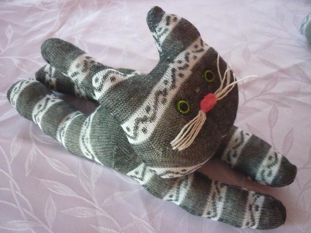 chat chaussette couché